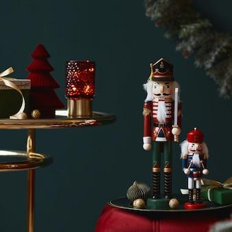 Weihnachtskomposition auf der roten samtbank mit dekoration, geschenken, kranz, nussknacker und zubehör. platz kopieren. rote und grüne farbe. vorlage.