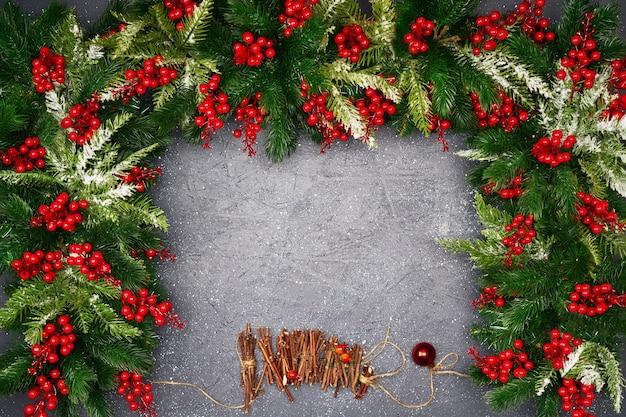 Weihnachtskomposition auf dunklem tisch