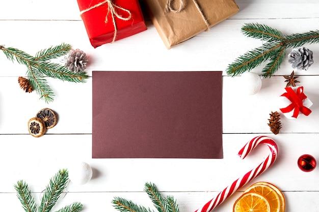 Weihnachtskomposition auf weißem holzhintergrund
