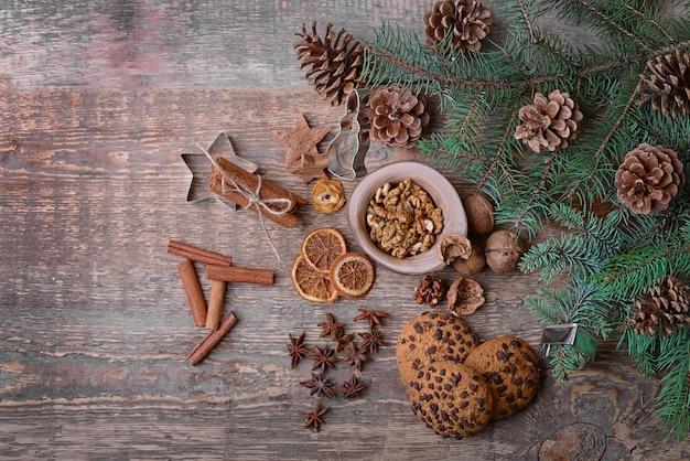 Weihnachtskomposition aus natürlichem dekor auf holzoberfläche