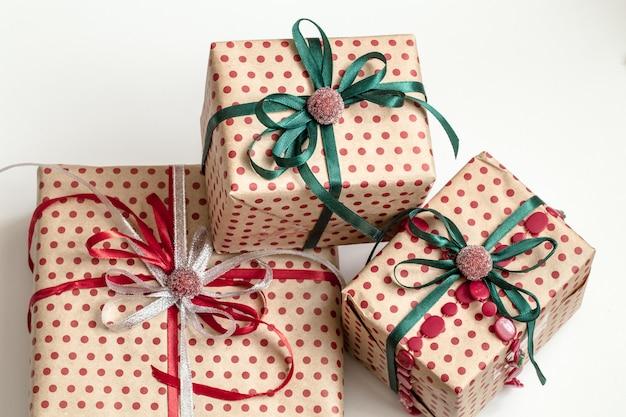 Weihnachtskomposition aus verschiedenen geschenkboxen, die in bastelpapier eingewickelt und mit satinbändern verziert sind. draufsicht, flach liegen.
