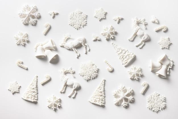 Weihnachtskomposition aus weißem spielzeug. weihnachtsgrußkarte.