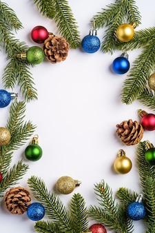 Weihnachtskomposition. bunte kugelverzierung, tannenzapfen und tannennadeldekorationen. speicherplatz kopieren
