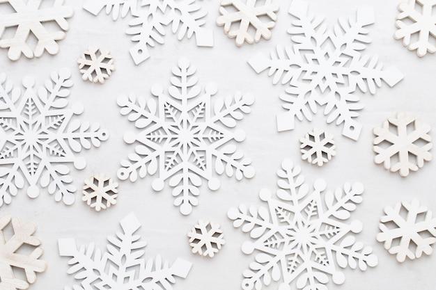 Weihnachtskomposition. geschenke, sterndekorationen auf weißem hintergrund. weihnachts-, winter-, neujahrskonzept. flache lage, draufsicht, kopierraum.