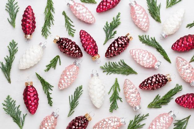Weihnachtskomposition. geschenke, zapfendekorationen auf weißem hintergrund. weihnachts-, winter-, neujahrskonzept. flache lage, draufsicht, kopierraum. flach liegen. draufsicht.