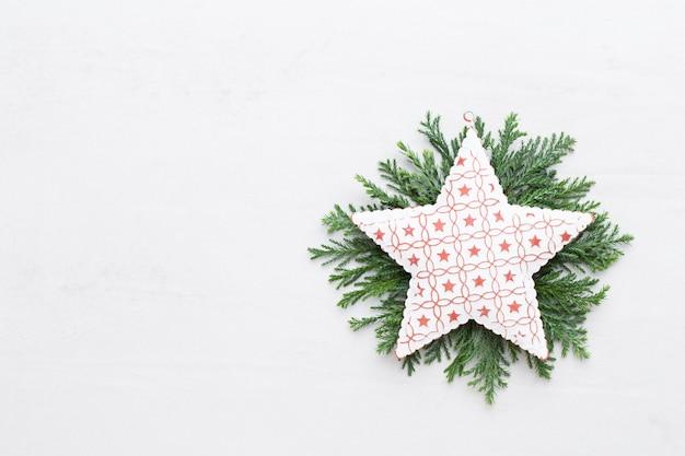 Weihnachtskomposition. geschenke, zapfendekorationen auf weißem hintergrund. weihnachts-, winter-, neujahrskonzept. flache lage, draufsicht, kopierraum. flache lage. draufsicht.