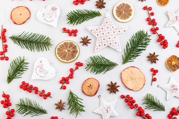 Weihnachtskomposition. geschenke, zapfendekorationen auf weißem hintergrund.