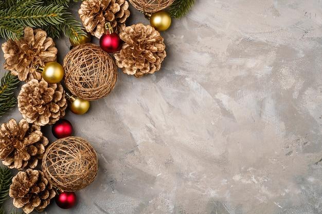 Weihnachtskomposition. goldene verzierung, tannenzapfen und tannennadeldekorationen. speicherplatz kopieren