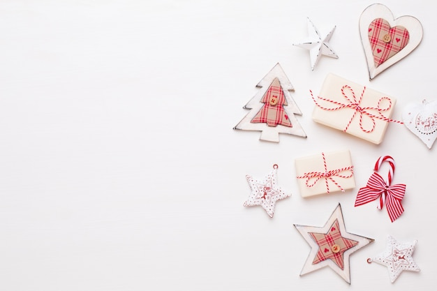 Weihnachtskomposition. holzdekorationen, sterne auf weißem hintergrund. weihnachts-, winter-, neujahrskonzept. flache lage, draufsicht, kopierraum.