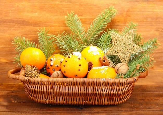 Weihnachtskomposition im korb mit orangen und tannenbaum
