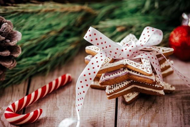 Weihnachtskomposition - lebkuchen, anis und zimt auf holztisch