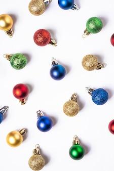 Weihnachtskomposition mit bunten kugeln und verzierungen dekorationen auf weißem hintergrund