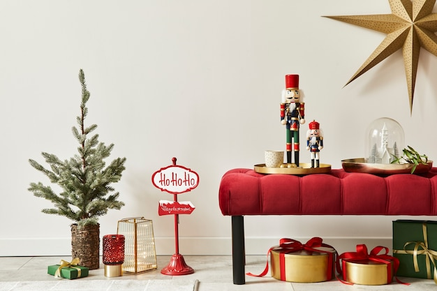 Weihnachtskomposition mit dekoration, weihnachtsbaum, geschenken, schnee und accessoires in gemütlicher wohnkultur. platz kopieren. weiß und rot. vorlage.