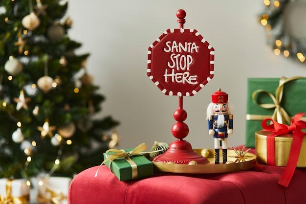 Weihnachtskomposition mit dekoration, weihnachtsbaum, geschenken und accessoires in gemütlicher wohnkultur. platz kopieren. weiß und rot. vorlage.