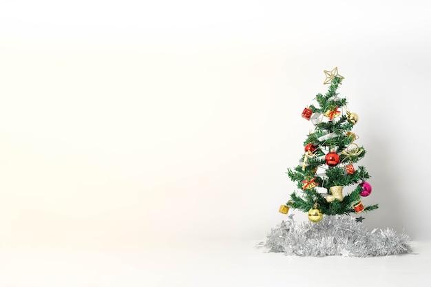 Weihnachtskomposition mit dekorationen und geschenkbox mit schleifen auf weiß