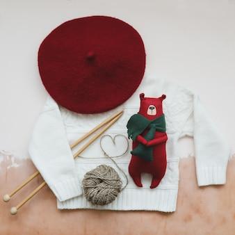 Weihnachtskomposition mit einem spielzeugbären auf einem weißen strickpullover weihnachten winter neujahr konzept f ...