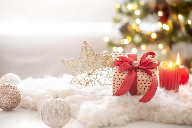Weihnachtskomposition mit geschenkbox und ornamenten