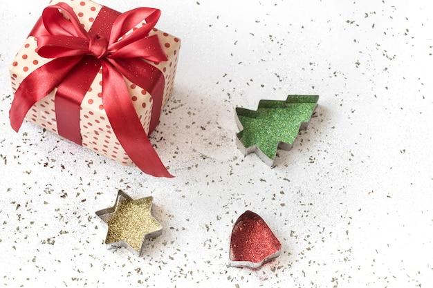 Weihnachtskomposition mit geschenkboxen mit roten bändern gebunden