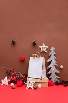 Weihnachtskomposition mit geschenken und einem hölzernen weihnachtsbaum, tannenzapfen und sternen