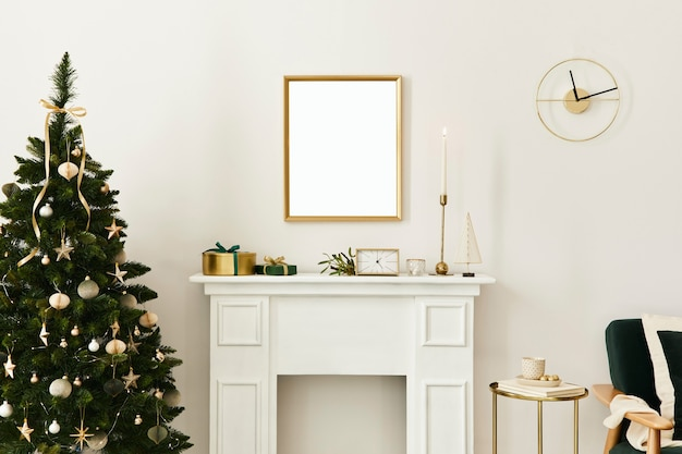 Weihnachtskomposition mit goldenem mock-up-posterrahmen, weißem schornstein und dekoration. weihnachtsbäume und -kranz, kerzen, sterne, licht und elegante accessoires. vorlage.