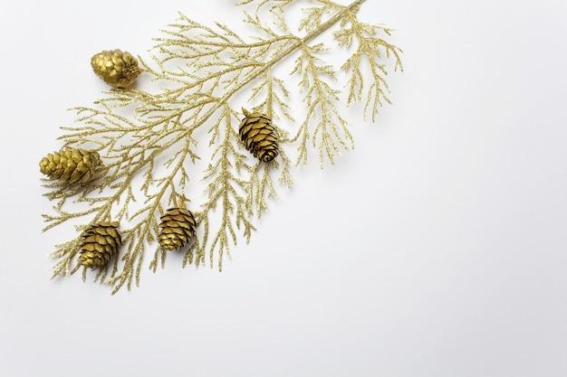 Weihnachtskomposition mit goldenem zweig. flache lage, draufsicht, kopierraum.