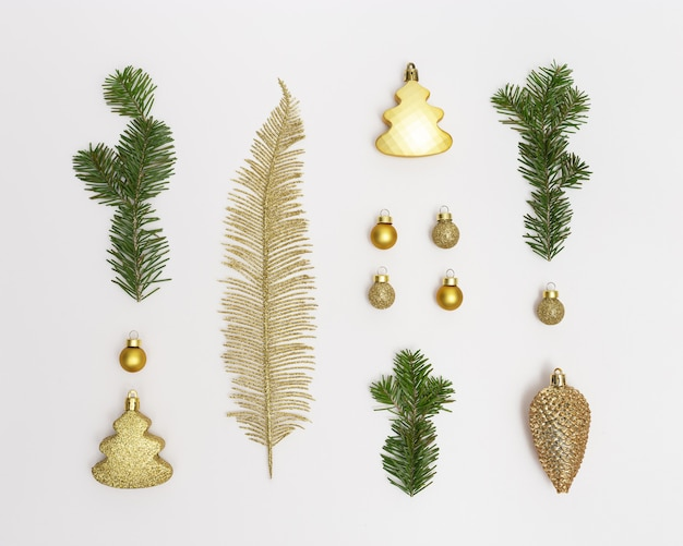 Weihnachtskomposition mit goldenen weihnachtsdekor tannenzweigen kugeln palmblatt tannenzapfen spielzeug