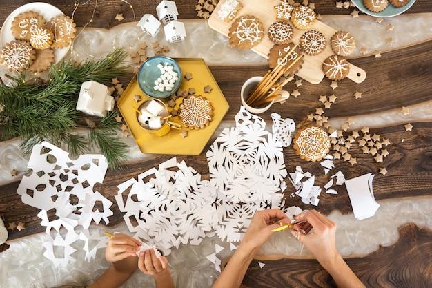 Weihnachtskomposition mit handgefertigtem weihnachtsbaum