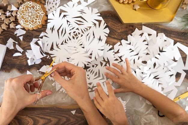Weihnachtskomposition mit handgefertigtem weihnachtsbaum.