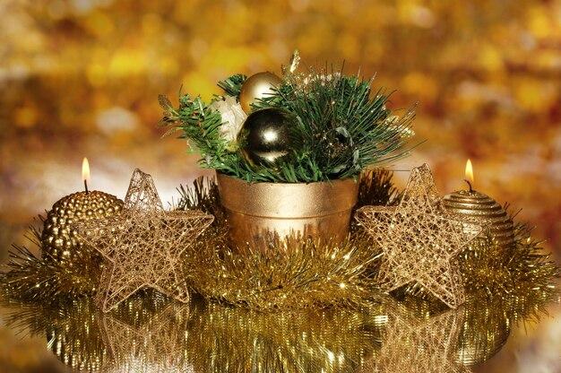 Weihnachtskomposition mit kerzen und dekorationen in goldfarbe