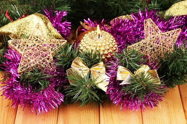 Weihnachtskomposition mit kerzen und dekorationen in lila und goldenen farben