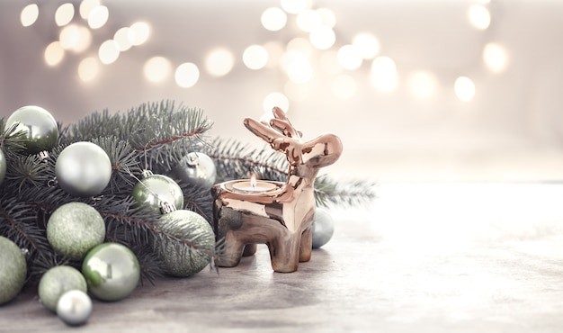 Weihnachtskomposition mit kerzenhalter in hirschform und weihnachtsbaum