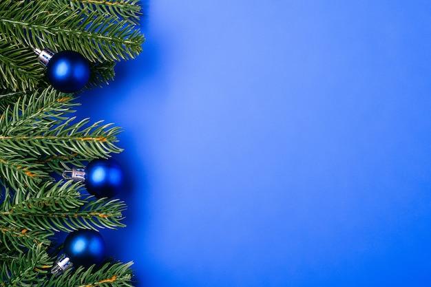 Weihnachtskomposition mit kopierraum. blaue kugeln und verzierungen dekorationen auf minimalem hintergrund
