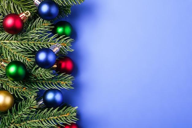 Weihnachtskomposition mit kopierraum. bunte kugeln und verzierungen dekorationen auf blauem hintergrund
