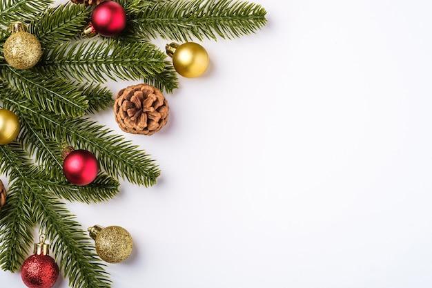 Weihnachtskomposition mit kopierraum. bunte verzierung, kugeln und tannennadeldekorationen, draufsicht