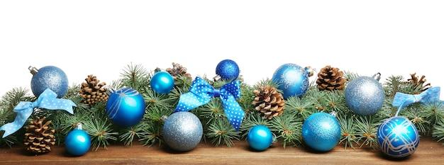 Weihnachtskomposition mit kugeln und dekorationen auf weißem hintergrund