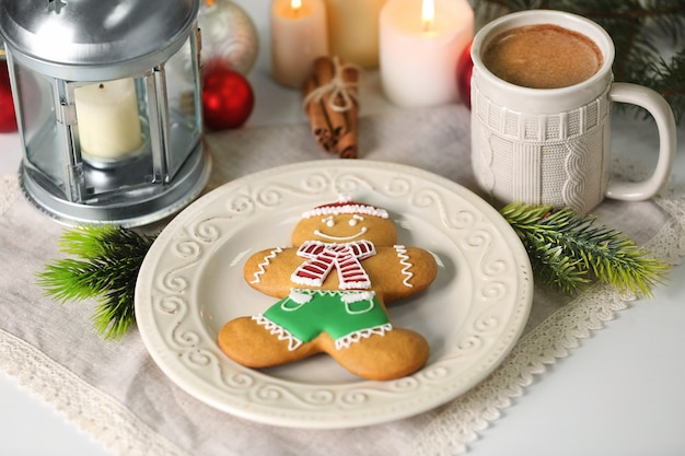 Weihnachtskomposition mit leckerem lebkuchenplätzchen auf dem küchentisch