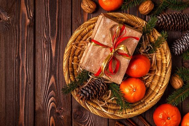 Weihnachtskomposition mit mandarinen, geschenkboxen, zapfen
