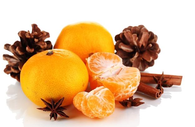 Weihnachtskomposition mit mandarinen isoliert weiß
