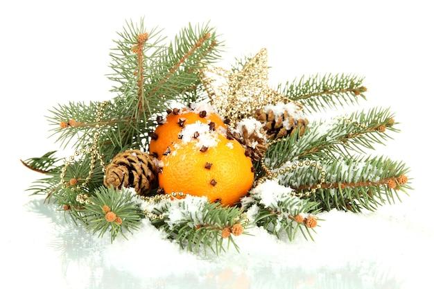 Weihnachtskomposition mit orangen und tannenbaum, lokalisiert auf weiß