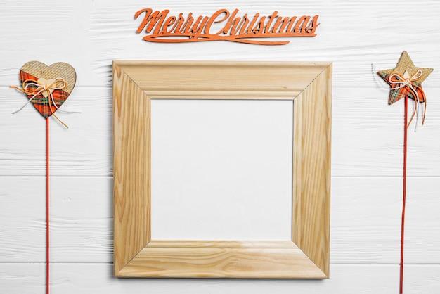 Weihnachtskomposition mit rahmen und stöcken