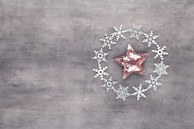 Weihnachtskomposition mit schneeflockenkranzdekorationen
