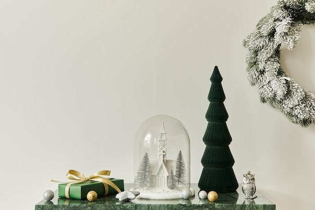 Weihnachtskomposition mit schöner dekoration, weihnachtsbaum und kranz, hirsch, geschenken und accessoires in moderner wohnkultur. vorlage.