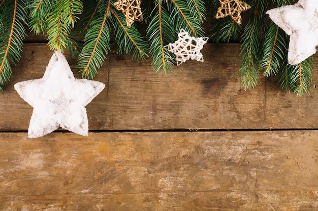 Weihnachtskomposition mit sternen und tannenzweigen