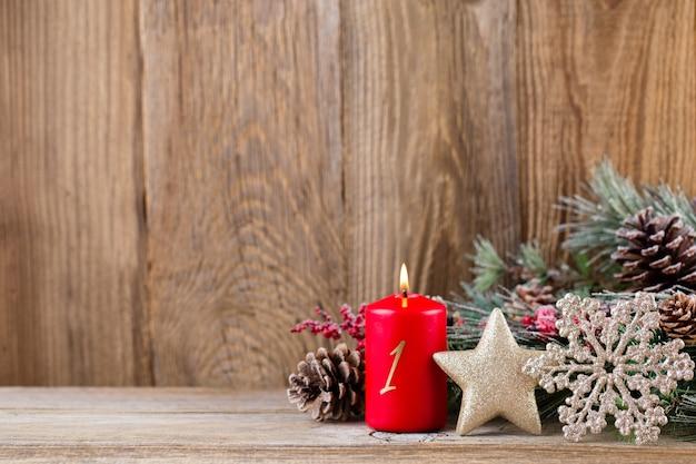 Weihnachtskomposition mit tannenzweigen