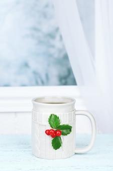 Weihnachtskomposition mit tasse heißem getränk, auf holztisch