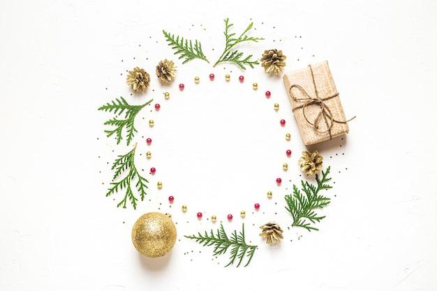 Weihnachtskomposition mit verschiedenen elementen