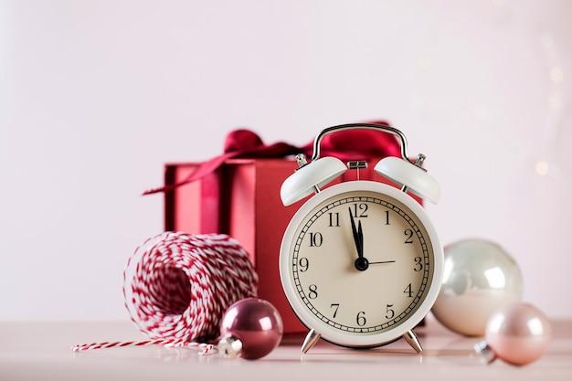 Weihnachtskomposition mit weckerkugeln und geschenkbox-kopierraum