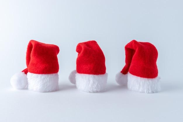 Weihnachtskomposition mit weihnachtsmannmützen