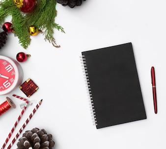 Weihnachtskomposition, Notizbuch. Weihnachten, Winter, Konzept des neuen Jahres. Flache Lage, Draufsicht,