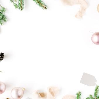 Weihnachtskomposition. rahmen mit tannenzweigen, tannenzapfen, weihnachtskugeln, band und lametta.